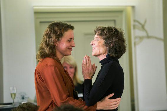 Maren Eggert und Preisträgerin Verena Lueken